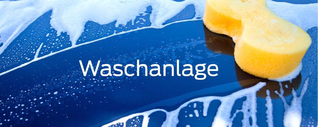 Blaues Fahrzeug mit Seifenwasser und gelben Schwamm