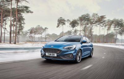 Täysin uusi Ford Focus ST yhdistää rata-ajon suorituskyvyn, mutkateiden hauskuuden ja arkipäivien käyttökelpoisuuden – ilman kompromisseja