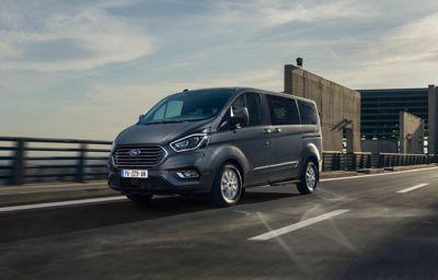 Ford annonce un **grand utilitaire 100% électrique** et le premier **minibus 8 places hybride rechargeable**