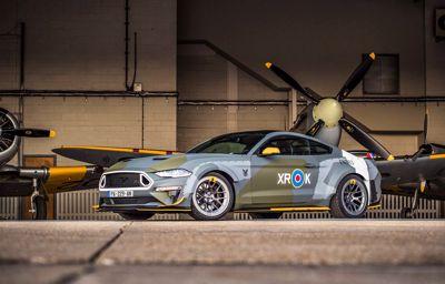 Est-ce une voiture ? Un avion ? Non, une Mustang aux couleurs de la Royal Air Force.