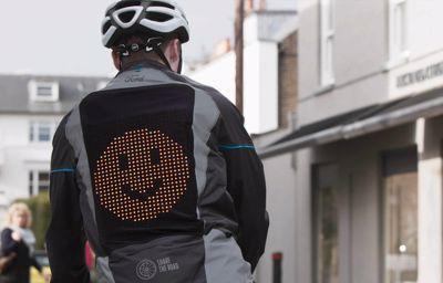Ford dévoile la veste cycliste Emoji, pour aider cyclistes et automobilistes à mieux communiquer