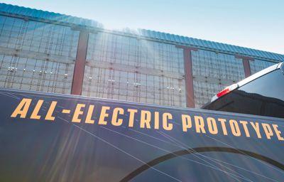 Folytatódik a kőkemény, tisztán elektromos hajtású Ford F-150 fejlesztése: nézze meg, amint a prototípus majdnem félmillió kilogrammot vontat!