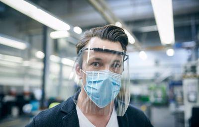 A Ford arcvédő maszkokat és pajzsokat gyárt