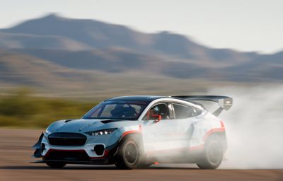 Mustang Mach-E 1400 prototípusa új dimenziót nyit a versenyzésben és a driftelésben