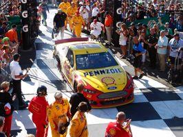 Joey Logano és a Ford csapata: sikersorozat a NASCAR Sprint Kupán