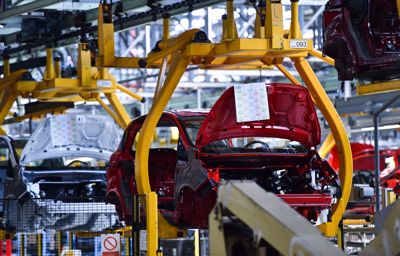 Comment les robots aident et accompagnent les employés de l'usine qui fabrique la Ford Fiesta