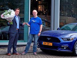 Eerste Mustang geleverd aan trotse nieuwe eigenaar