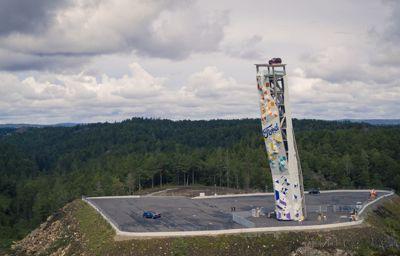 Ford Explorer bovenop 's werelds hoogste vrijstaande klimtoren