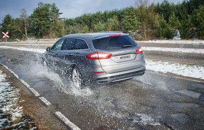 Wintersporters kunnen te maken krijgen met slecht wegdek; Ford geeft real-time waarschuwingen over kuilen