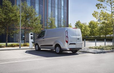 Ford komt met nieuwe proefprojecten in Keulen en Valencia, met plug-in hybride bedrijfswagens en people-movers