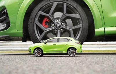 Niezrównany w dostarczaniu frajdy z jazdy SUV Forda w ekstremalnym teście zwrotności: Puma ST sprawdza się w pojedynku 'Dawid kontra Goliat'