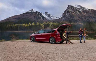 Nowy S-MAX Hybrid pomaga aktywnym rodzinom podjąć decyzję o wyborze zelektryfikowanego pojazdu.