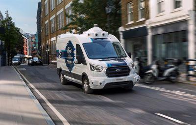 Czy powierzyłbyś swoje paczki samochodowi dostawczemu bez kierowcy? Ford i Hermes testują perspektywę autonomicznych dostaw