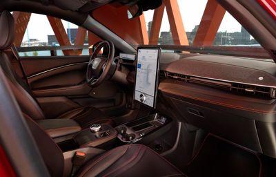 Mniej znaczy więcej: Jak nowe podejście do projektowania zmieniło perspektywę kierowcy i utorowało drogę Mustangowi Mach-E.