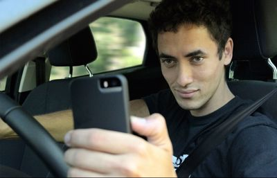 Ny undersökning: 43 procent av unga använder mobilen bakom ratten