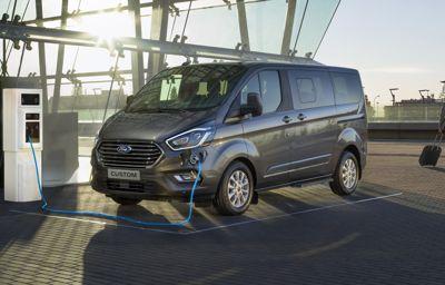 Ford presenterar mångsidiga Tourneo Custom som plug-in-hybrid